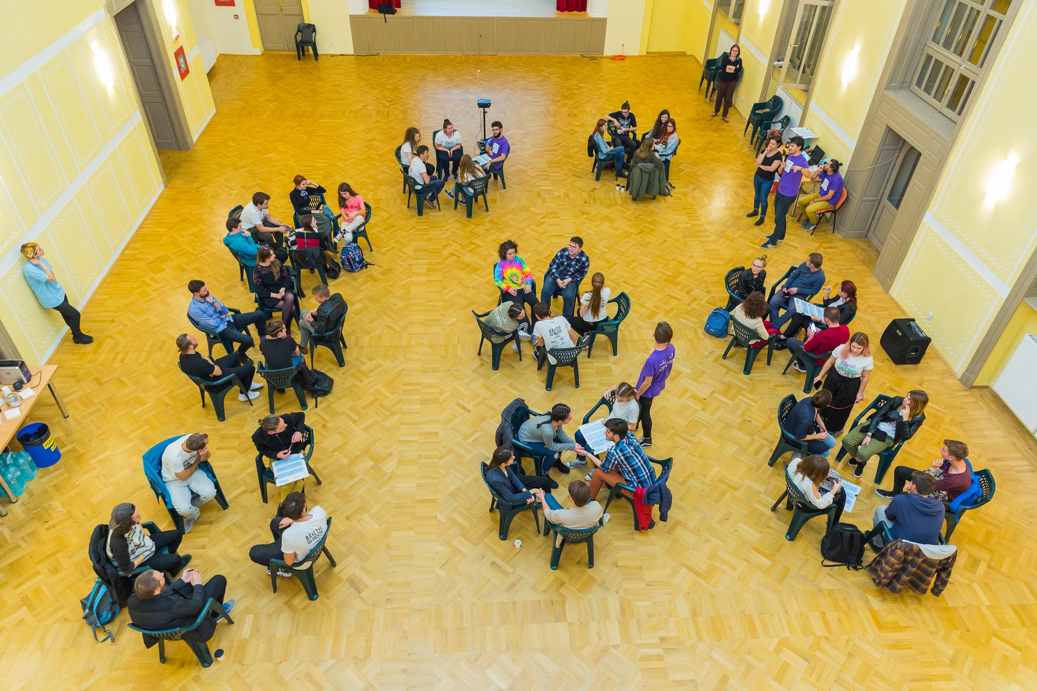 """Com'ON Café: tinerii din Satu Mare vor autobuze pictate și """"primăria tinerilor"""""""